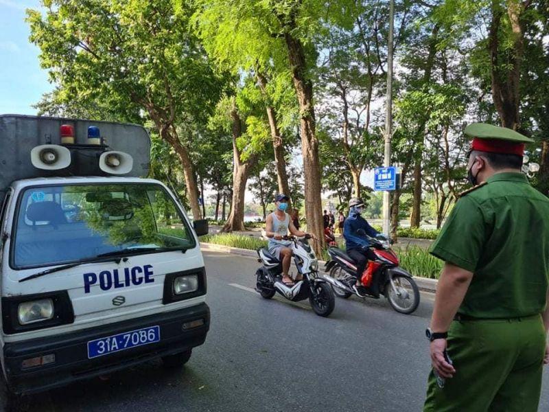 Công an quận Hoàn Kiếm đẩy mạnh xử phạt các quy định về phòng chống dịch nơi công cộng