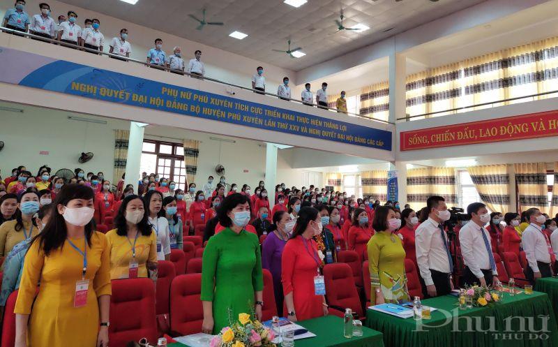 Các Đại biểu tham dự Đại hội thực hiện nghi lễ Chào cờ trong phiên chính thức của Đại hội