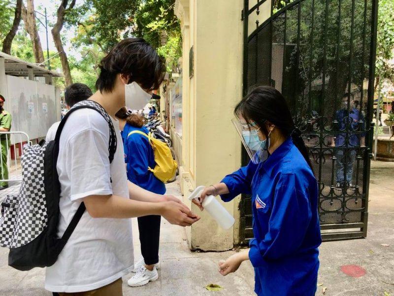 Thí sinh thực hiện các biện pháp phòng, chống dịch tại điểm thi trường THPT Việt Đức