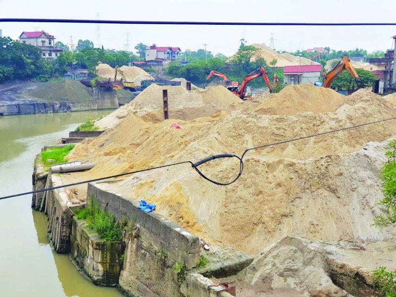 Bãi trung chuyển cát sỏi ven sông Công thuộc địa phận xã Trung Giã, huyện Sóc Sơn vẫn đang hoạt động