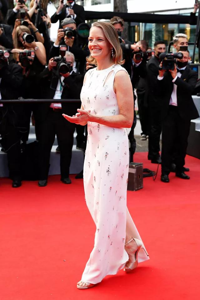 Nữ diễn viên Jodie Foster bước trên thảm đỏ Cannes.
