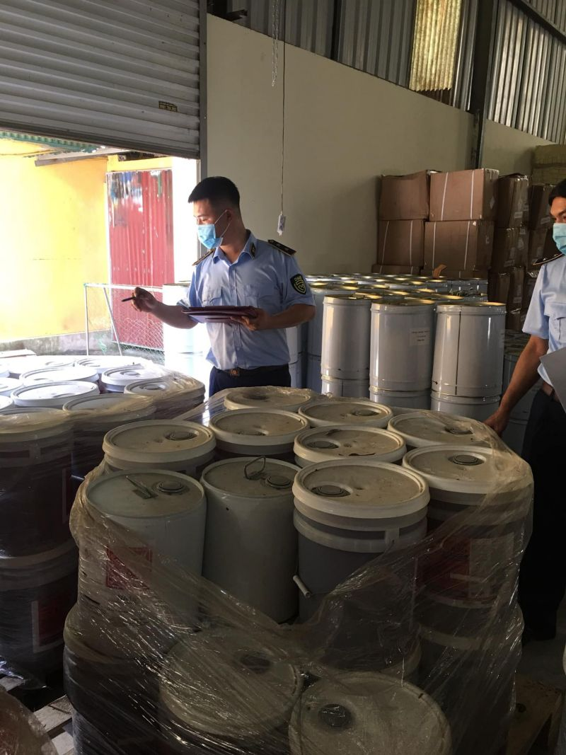 Lực lượng QLTT đang kiểm tra kho hàng