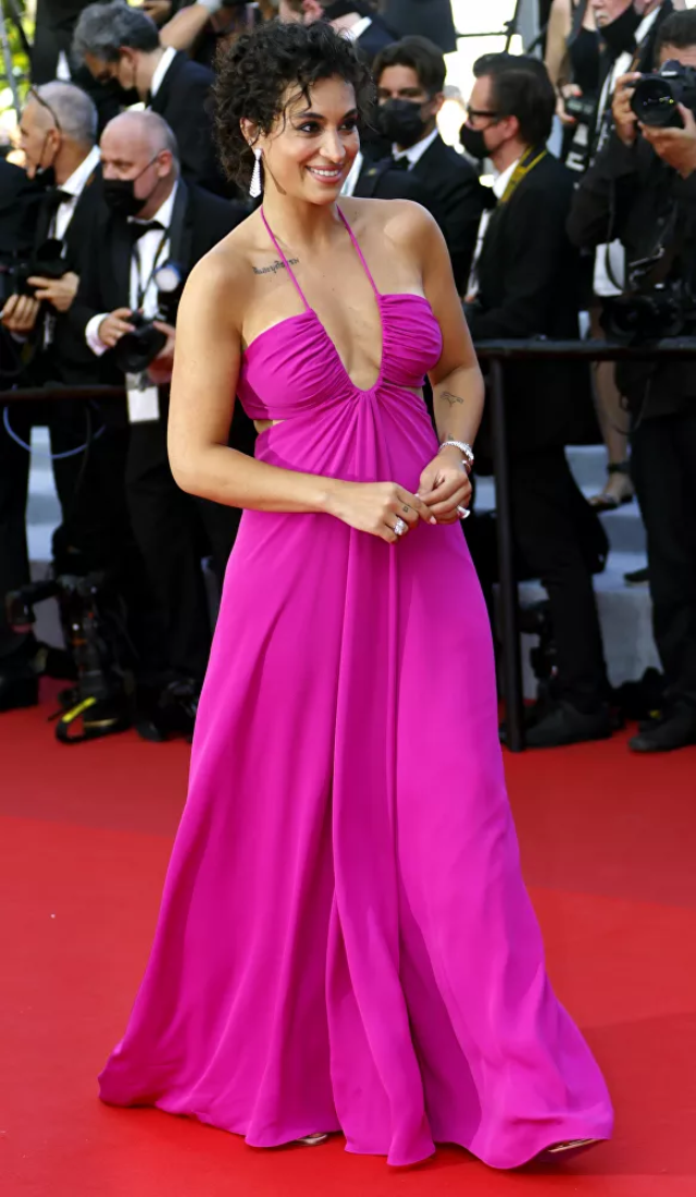 Nữ diễn viên Camelia Jordana cùng chiếc váy hồng nổi bật rảo bước trên thảm đỏ Cannes 2021.