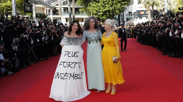 Các nữ diễn viên Iris Berben, Andie McDowell và Helen Mirren trên thảm đỏ lễ khai mạc.