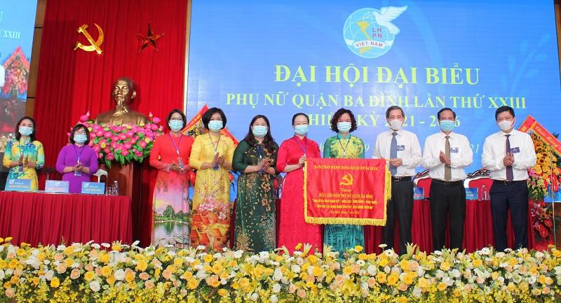 Lãnh đạo Quận Ba Đình tặng bức trướng cho Đại hội