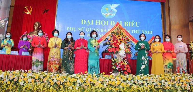 Hội LHPN Hà Nội tặng hoa chúc mừng Đại hội