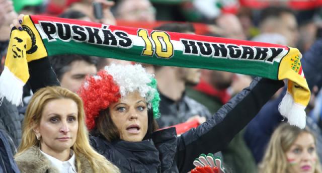 Cổ động viên Hungary cổ vũ đội nhà trên sân Pukas.