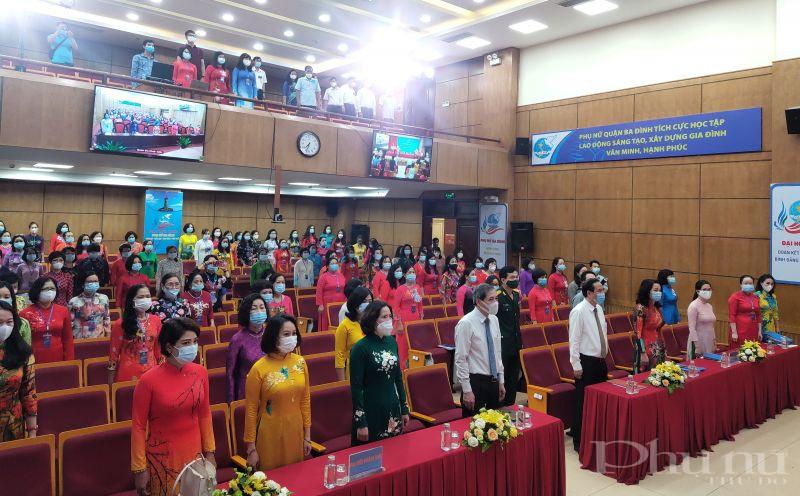 Các đại biểu tham dự Đại hội thực hiện nghi thức Chào cờ