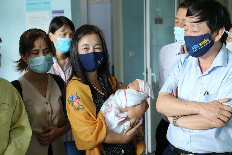 Bà Naomi trong chuyến tìm hiểu thực tế về tình hình chăm sóc sức khỏe bà mẹ và trẻ sơ sinh tại Lai Châu.