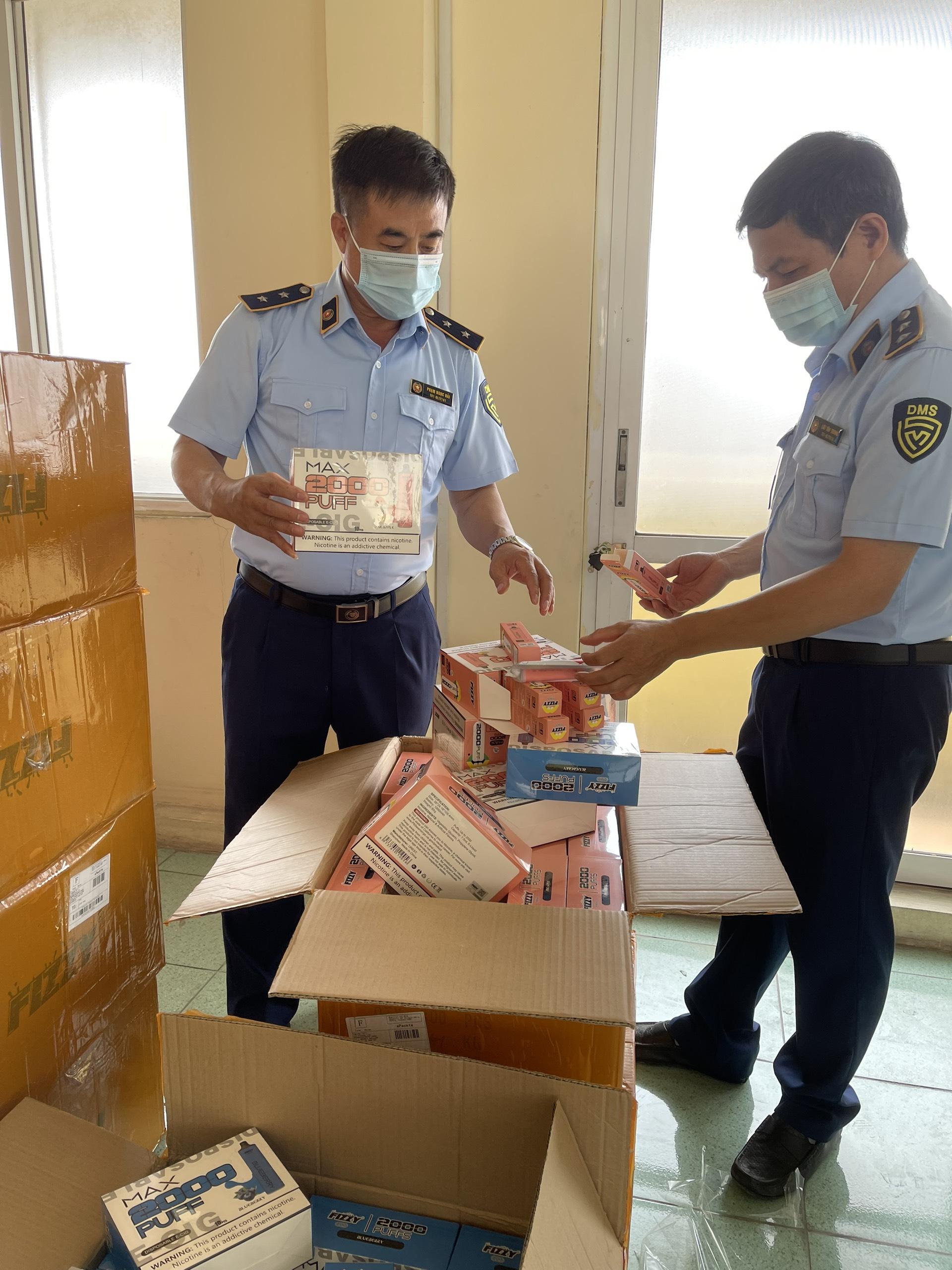 Lực lượng chức năng đang kiểm tra số hàng hóa bị thu giữ