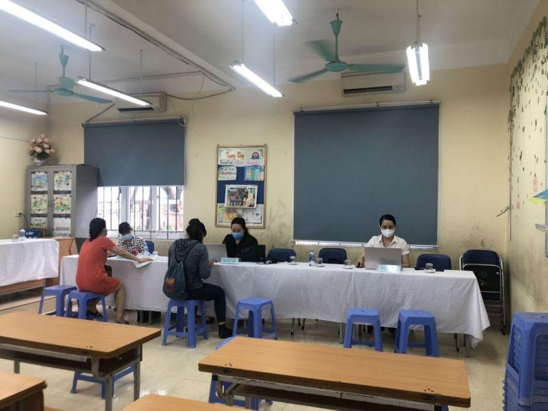 Bộ phận tuyển sinh trường tiểu học Ba Đình tiếp nhận và hỗ trợ công tác tuyển sinh trong sáng 12/7