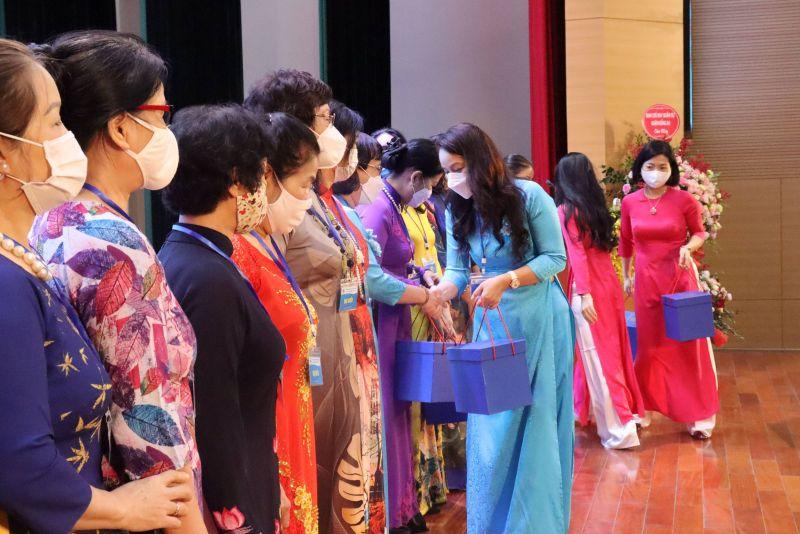 Đồng chí Nguyễn Lan Hương tặng quà chia tay các đồng chí UV BTV khóa XXII không tái cử