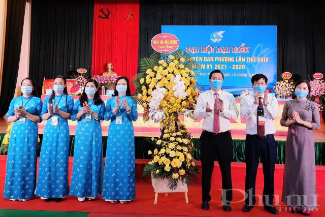 Đại diện Huyện uỷ, HĐND, UBND Huyện tặng hoa chúc mừng Đại hội.