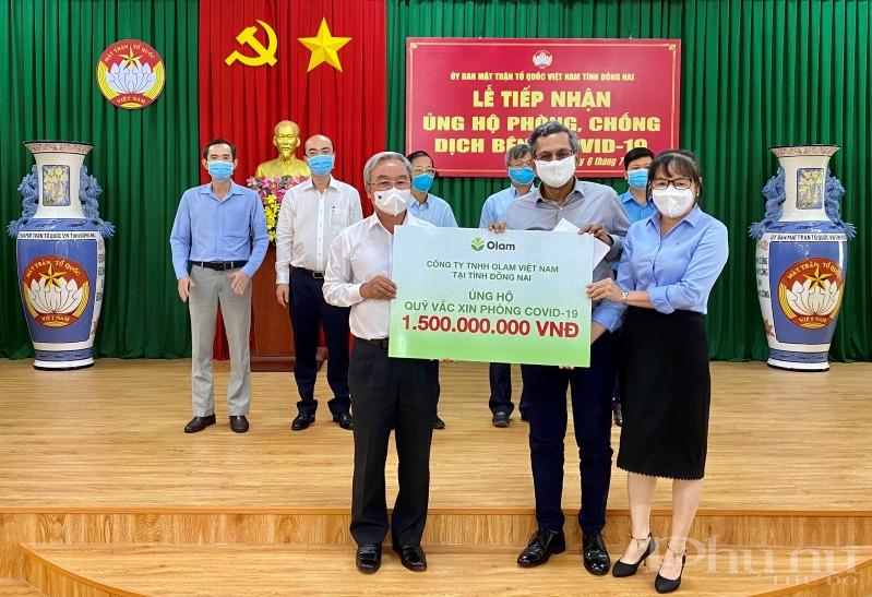 Đại diện Olam Việt Nam trao tặng hỗ trợ cho