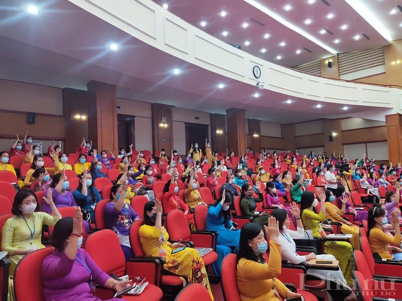 Các đại biểu biểu quyết tại Đại hội bầu BCH, bầu Đoàn đại biểu đi dự đại hội phụ nữ thành phố Hà Nội lần thứ XVI