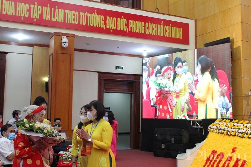Hội PN huyện tặng hoa Mẹ Việt Nam Anh hùng đã đến dự Đại hội