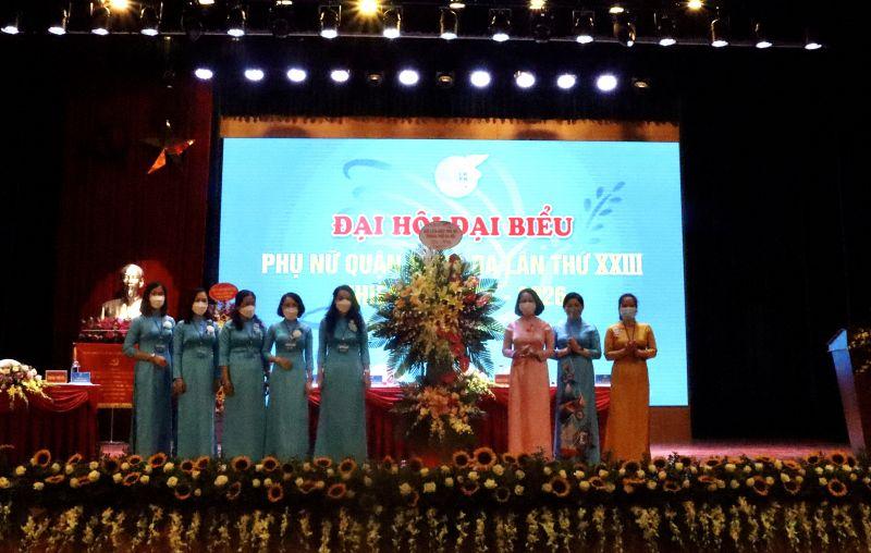 Phó Chủ tịch Hội LHPN Hà Nội Phạm Thị Thanh Hương (thứ 3 từ phải sang) cùng BTV Hội LHPN Hà Nội tặng hoa chúc mừng Đại hội Đại biểu Phụ nữ quận Đống Đa nhiệm kỳ 2021 - 2026