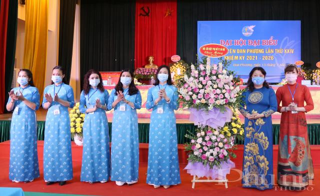 Hội LHPN TP. Hà Nội tặng hoa chúc mừng Đại hội.