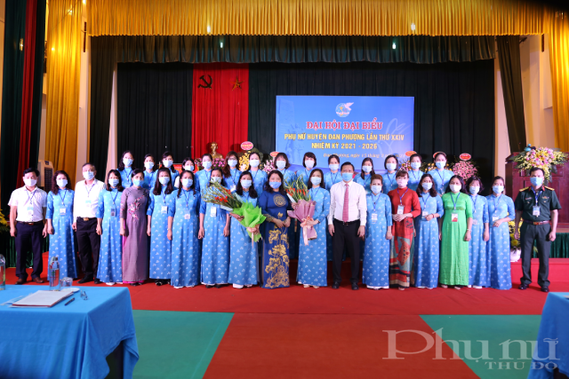 BCH khoá mới chụp ảnh lưu niệm cùng các lãnh đạo Huyện, lãnh đạo Hội LHPN TP. Hà Nội.