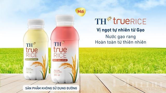 """Nước gạo lứt đỏ và Nước gạo rang TH true RICE là bộ đôi sản phẩm đồ uống lành mạnh của Tập đoàn TH chắt lọc tinh túy từ hạt gạo - """"ngọc trời"""" của người Việt."""