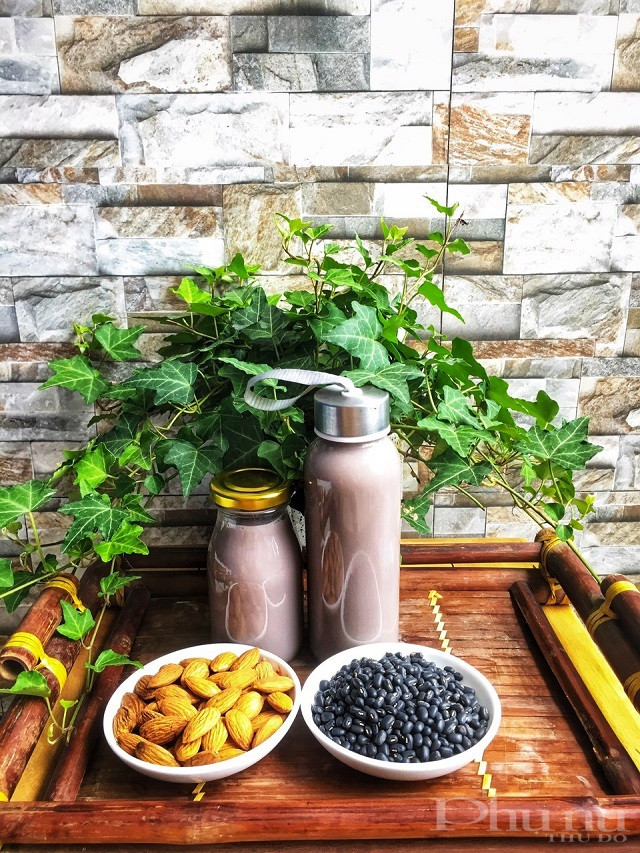 Sữa hạt từ hạnh nhân và đỗ đen do chị Trần Duyên tự làm cho cả gia đình.