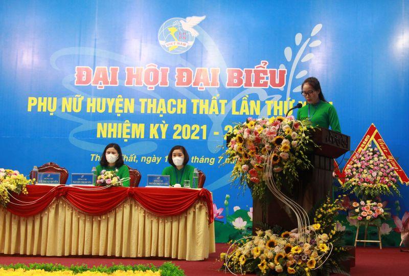 Đồng chí Vũ Thị Lệ Quyên - Chủ tịch Hội LHPN huyện trình bày báo cáo của BCH Hội LHPN huyện khoá XXII