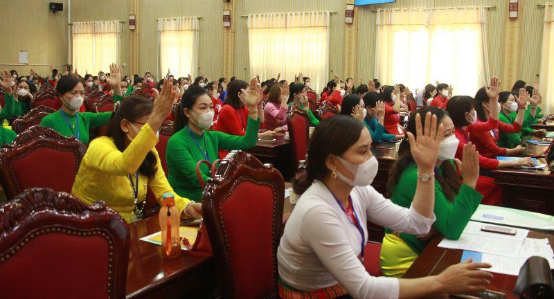 Các đại biểu dự đại hội biểu quyết nhất trí bầu BCH Hội LHPN huyện khoá XXIII