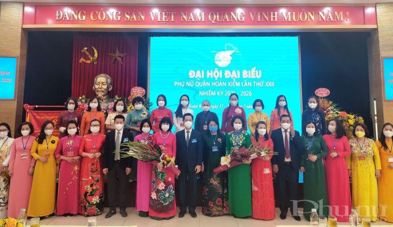 Các đại biểu lãnh đạo Hội LHPN Hà Nội và lãnh đạo Quận ủy Hoàn Kiếm tặng hoa chúc mừng Ban Chấp hành Hội LHPN khóa XXII