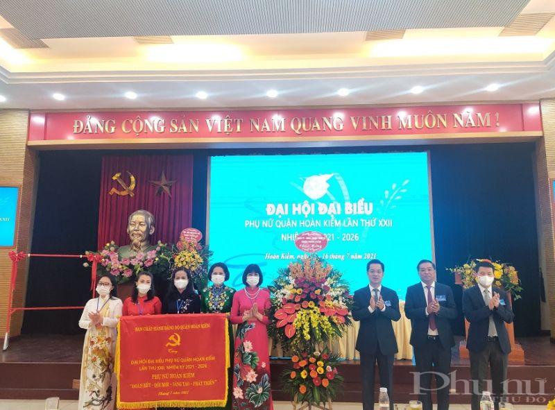 Lãnh đạo Quận ủy Hoàn Kiếm tặng hoa và bức trướng cho Đại hội