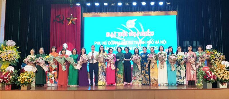 Các đại biểu tặng hoa chúc mừng các đồng chí Ban chấp hành khóa II, nhiệm kỳ 2016-2021