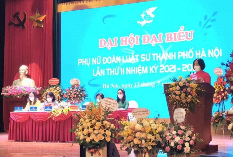 Chủ tịch Hội Phụ nữ Đoàn luật sư thành phố Hà Nội Nguyễn Thị Đinh Hương nhiệm kỳ 2016-2021 báo cáo trước Đại hội