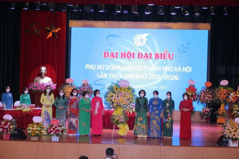 Lãnh đạo, cán bộ Hội LHPN thành phố Hà Nội tặng hoa chúc mừng Đại hội