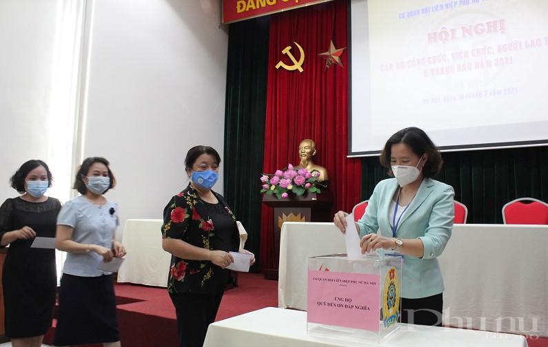 Các đồng chí lãnh đạo cơ quan Hội LHPN Hà Nội tham gia ủng hộ Quỹ