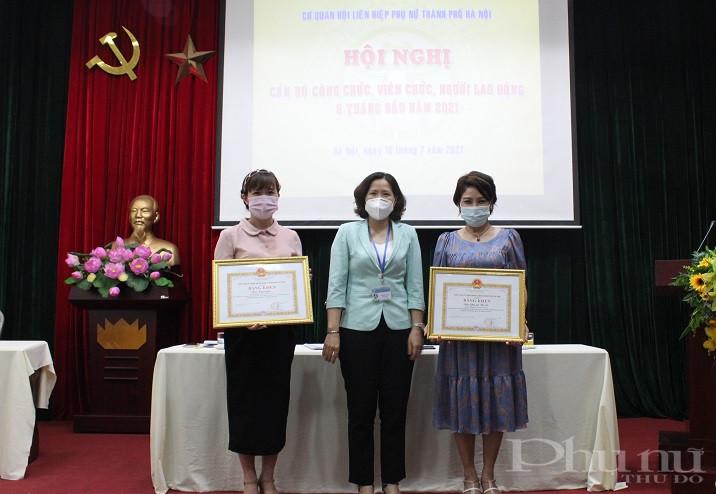 Đồng chí Lê Kim Anh - Bí thư Đảng Đoàn, Thủ trưởng cơ quan Hội LHPN Hà Nội tặng