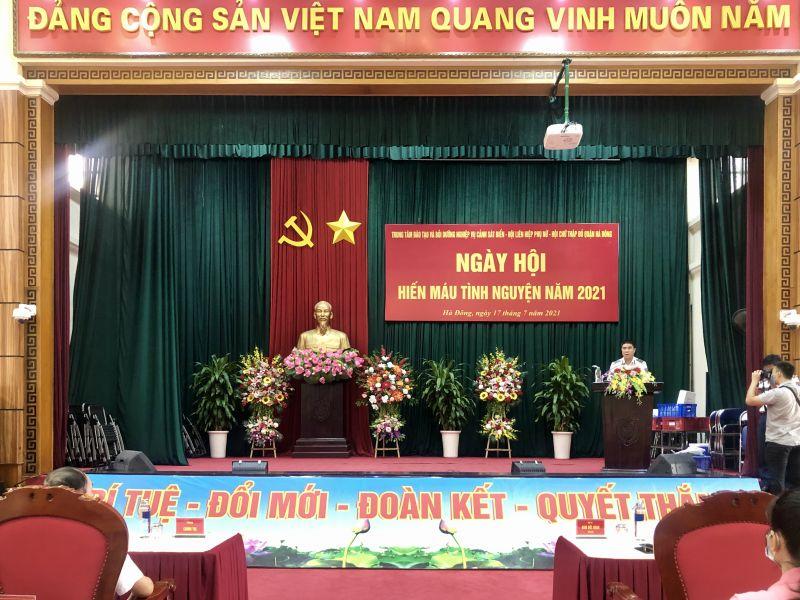 Quang cảnh Ngày hội hiến máu tình nguyện. Trong ảnh: Đồng chí Đại tá Đàm Đức Hoan phát biểu khai mạc Ngày hội