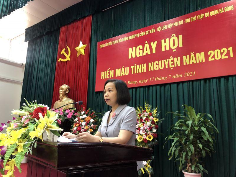 Chủ tịch Hội LHPN quận Hà Đông Lại Hà Phương phát biểu khai mạc Ngày hội