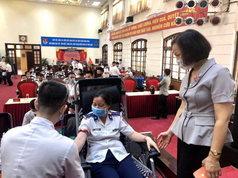 Đ/c Lại Hà Phương hỏi thăm tình hình nữ cán bộ Trung tâm Đào tạo và Bồi dưỡng nghiệp vụ Cảnh sát biển hiến máu tình nguyện tại Ngày hội