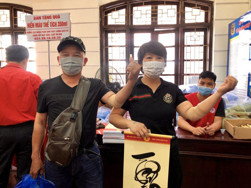 Vợ chồng chị Trịnh Thị Thanh Tuấn - anh Cao Quyết Tiến vừa thực hiện xong nghĩa cử hiến máu tình nguyện