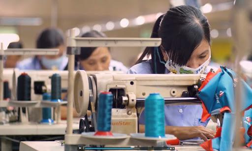 Vị trí của phụ nữ trong thị trường lao động bị ảnh hưởng nặng nề bởi các bất lợi về kinh tế- xã hội xuất phát từ phân biệt đối xử trên cơ sở giới.