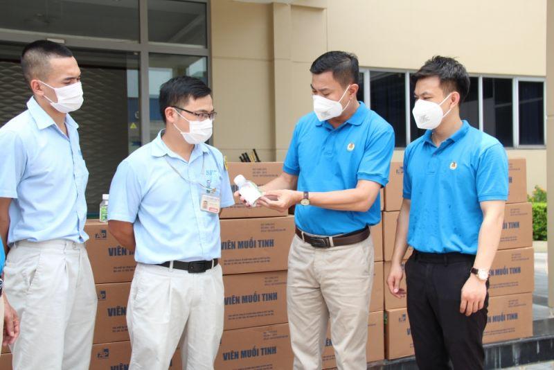 Đại diện lãnh đạo Công đoàn các khu công nghiệp và chế xuất Hà Nội tặng quà  CNLĐ bị cách ly để phòng chống dịch