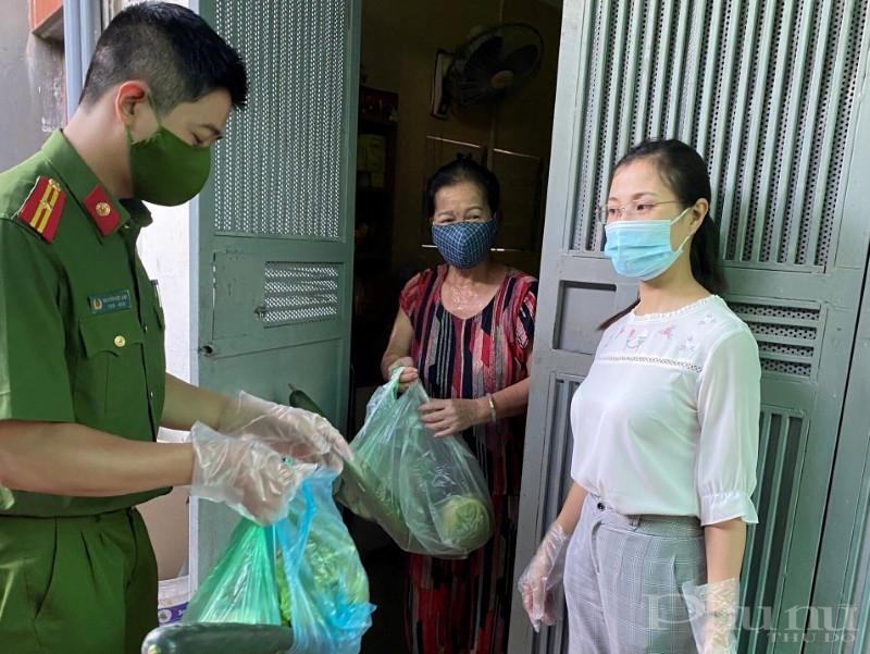 Hội LHPN phường Tương Mai phối hợp hỗ trợ, tiếp tế lương thực, thực phẩm cho 28 hộ gia đình trong khu vực cách ly, trị giá 3 triệu đồng.