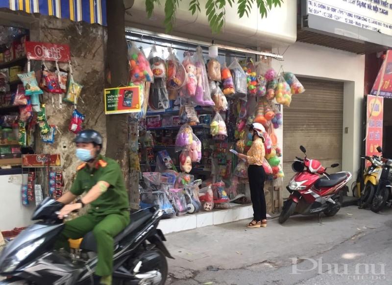 Hội LHPN phường Định Công nhắc nhở người dân trên địa bàn thực hiện tốt quy định về phòng chống dịch bệnh.