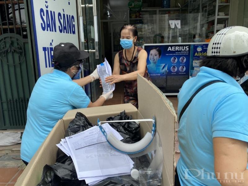 Hội LHPN phường Mai Động phát tặng 200 chai nước sát khuẩn đến từng nhà dân xung quanh khu vực phong tỏa.