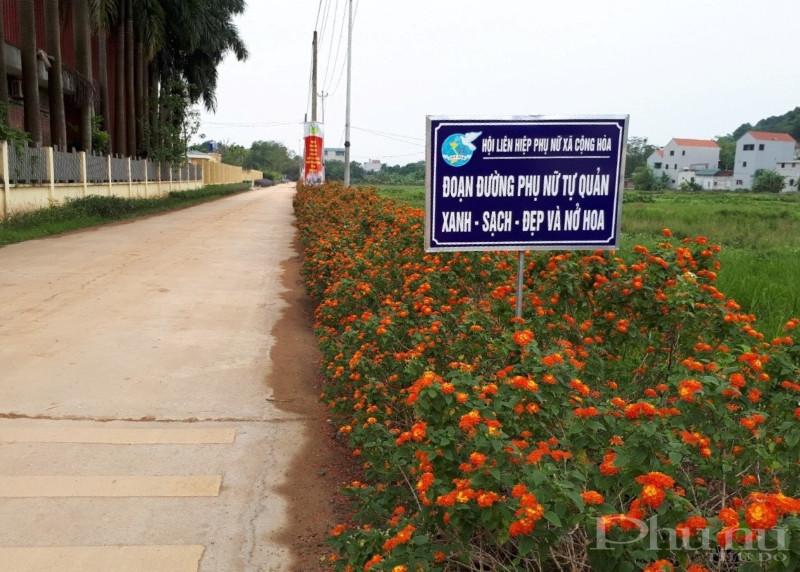 Những con đường, tuyến phố nở hoa được trồng và chăm sóc bởi bàn tay của cán bộ, hội viên phụ nữ Quốc Oai.
