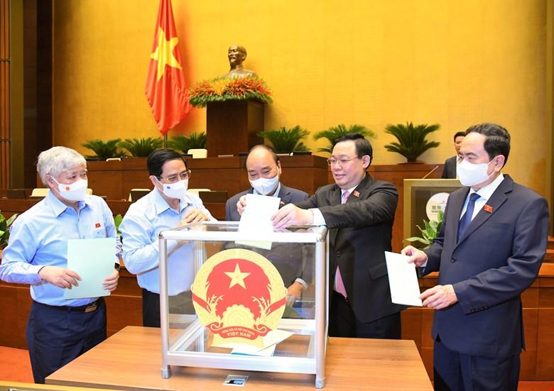 Các đồng chí lãnh đạo Đảng, Nhà nước bỏ phiếu bầu các chức danh