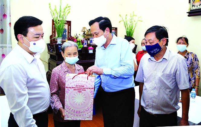 Bộ trưởng Đào Ngọc Dung và Phó Chủ tịch UBND TP Hà Nội Chử Xuân Dũng đến thăm và tặng quà bà Đỗ Thị Hành (là vợ liệt sĩ)