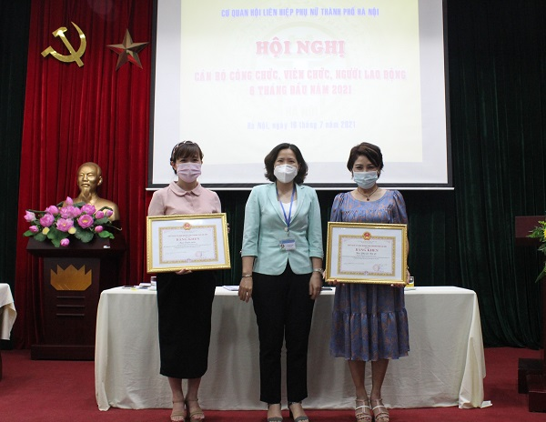 Đồng chí Lê Kim Anh – Bí thư Đảng đoàn trao Bằng khen cho 2 tập thể có thành tích suất sắc trong đợt thi đua bầu cử đại biểu Quốc hội và HĐND các cấp