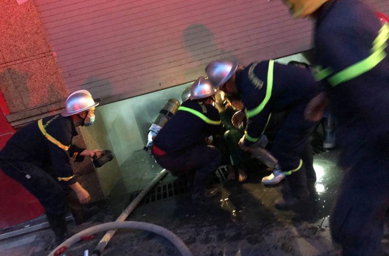 Lực lượng chức năng giải cứu người thoát khỏi đám cháy.