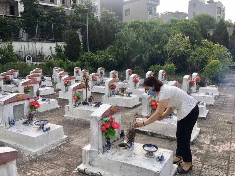 Hội LHPN quận Hà Đông thắp hương tưởng nhớ các anh hùng đã ngã xuống vì nền độc lập, tự do của Tổ quốc.