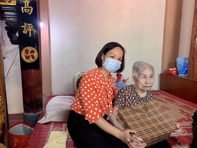 Chị Lại Hà Phương, Chủ tịch Hội LHPN quận Hà Đông thăm hỏi, tặng quà Mẹ VNAH Nguyễn Thị Thi